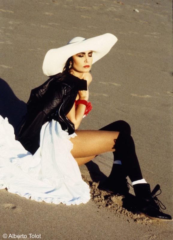 loredana bertè in spiaggia con cappello bianco